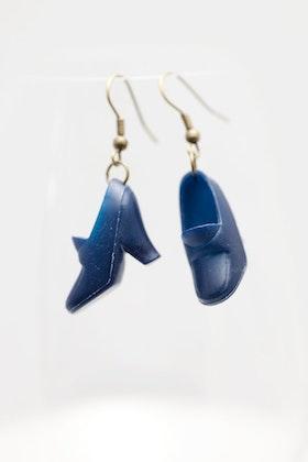 Högklackat i marinblått, örhängen