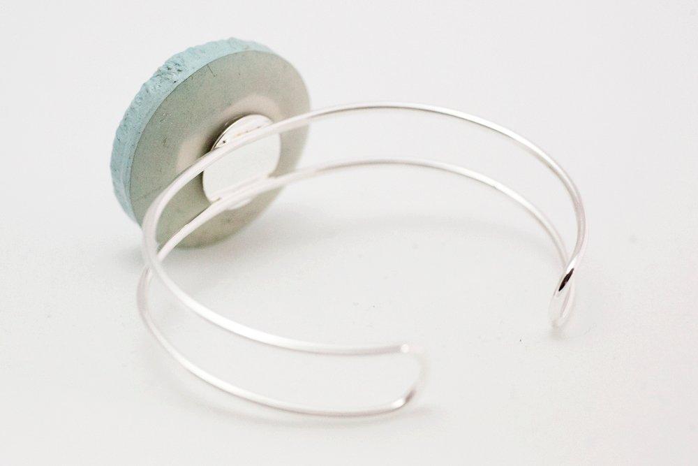 Ljusturkos knapp, armband
