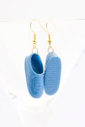 Sneakers i blått, örhängen