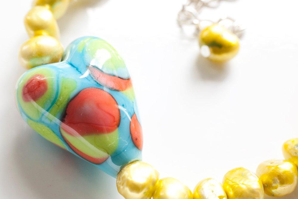 Handgjort hjärta i glas på pärlarmband