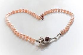 Silverkvist med rosor i silver och koppar på pärlhalsband i aprikos