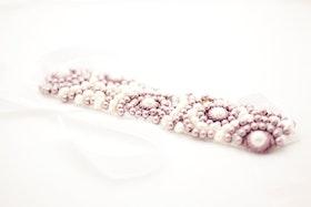 Pärlbroderad headpiece i lila och vitt