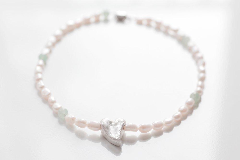 Silverhjärta på pärlhalsband