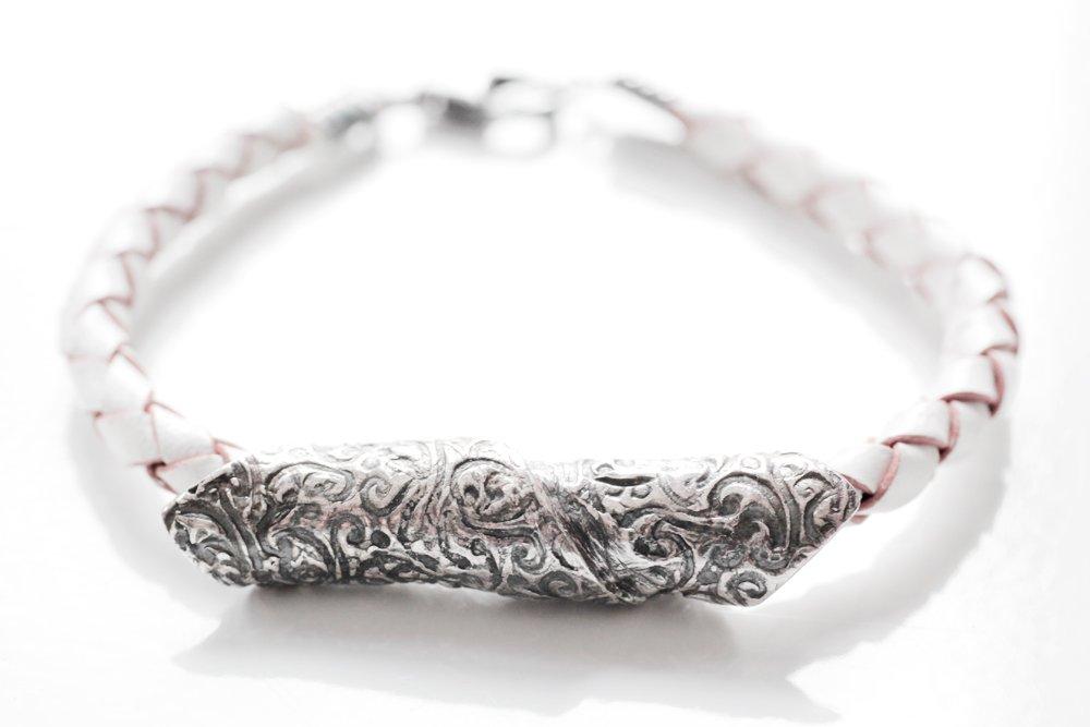 Handgjord, oxiderad silverpärla på armband av läder
