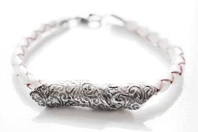 Oxiderad silverpärla på armband av läder