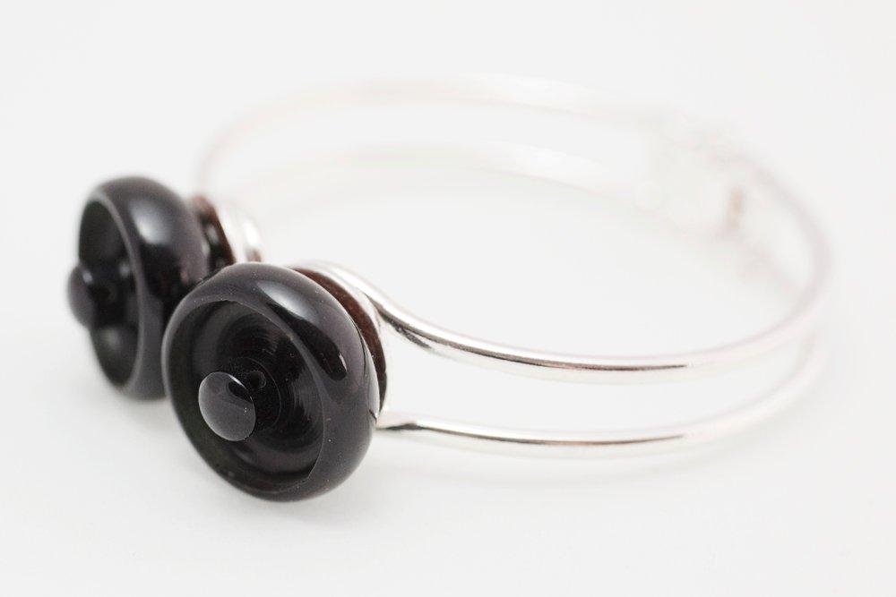 Svarta knappar, armband