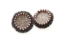 Pärlbroderade örstickare med mynt