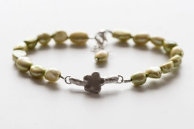Handgjord silverkvist med blomma på grönt pärlarmband