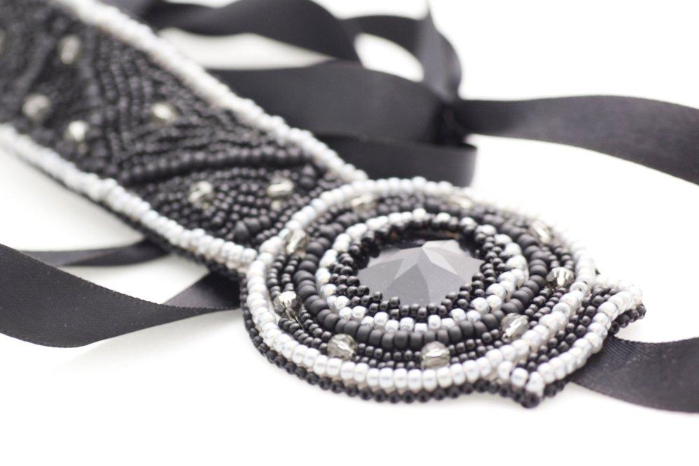 Pärlbroderad headpiece i svart och grått