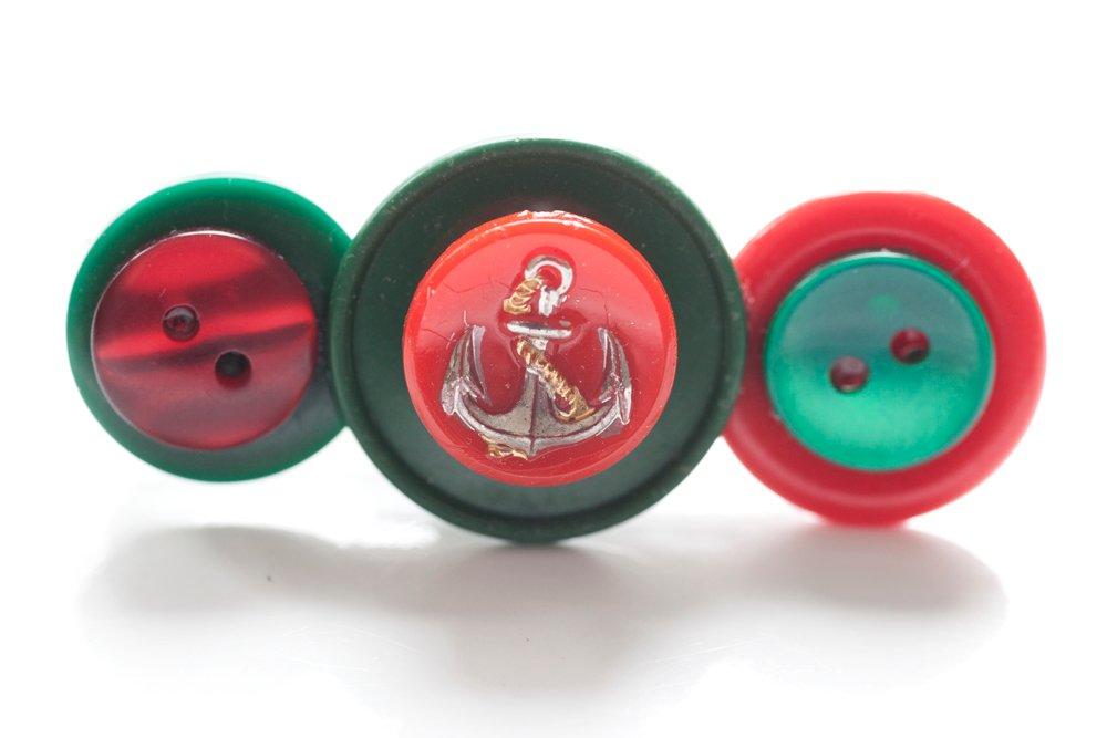 Röda och gröna knappar, slipsnål