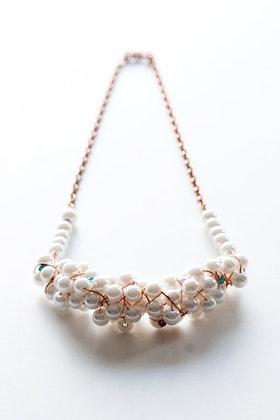 Halsband i vitt och koppar
