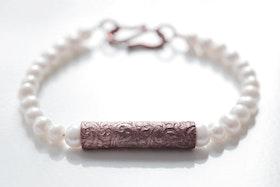 Handgjord kopparpärla på vitt pärlarmband