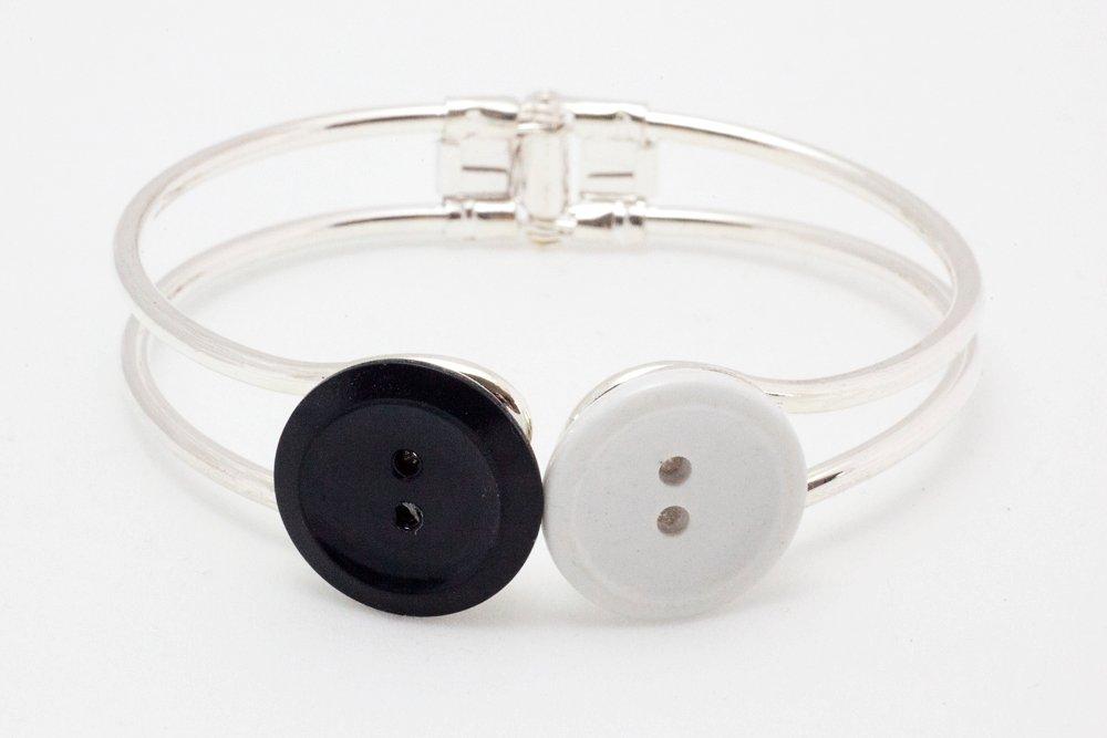 Svarta och vita knappar, armband