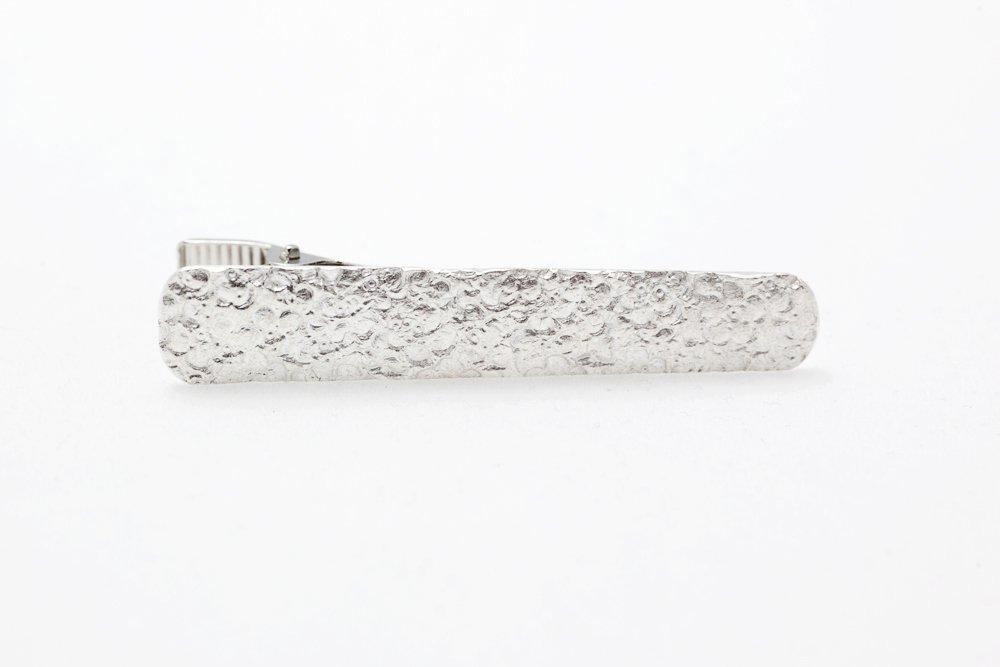 Blommönstrat silver, slipsnål
