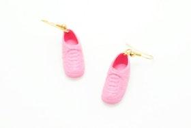 Sneakers i rosa, örhängen