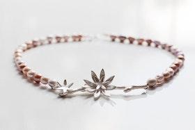 Silverkvist med blommor på pärlhalsband