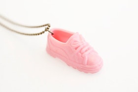 Sneakers i rosa på kedja