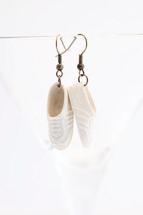 Sneakers i vitt, örhängen