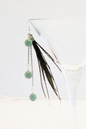 Fjädrar och pärlor på örhänge