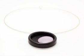 Svarta och lila knappar, halsband