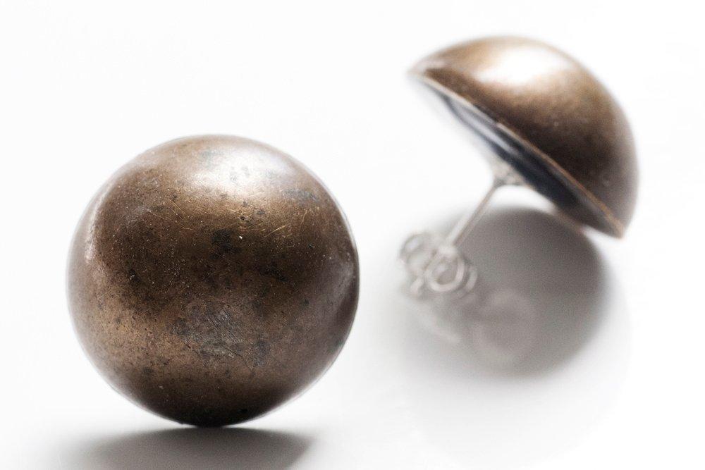 Bronsfärgade knappar, örstickare