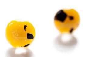 Örstickare av handgjort glas i gult och svart
