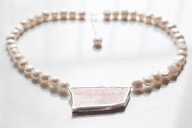 Retroporslin och silver på pärlhalsband