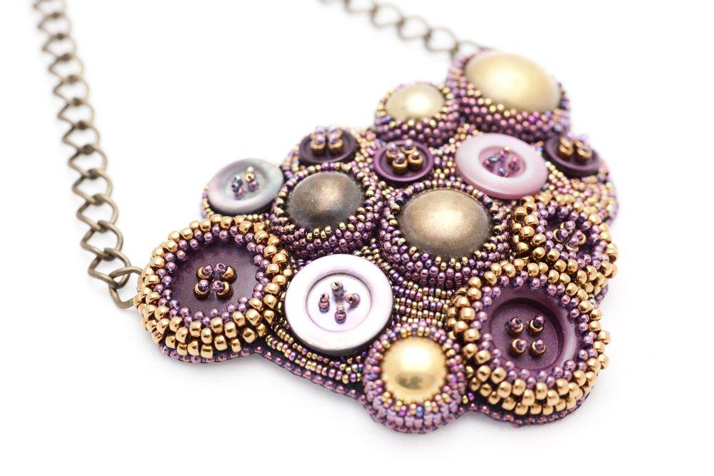 Pärlbroderat halsband i vinrött och guld