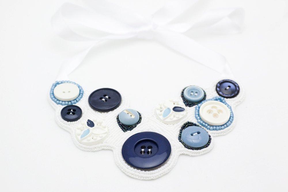 Pärlbroderat halsband i vitt och blått