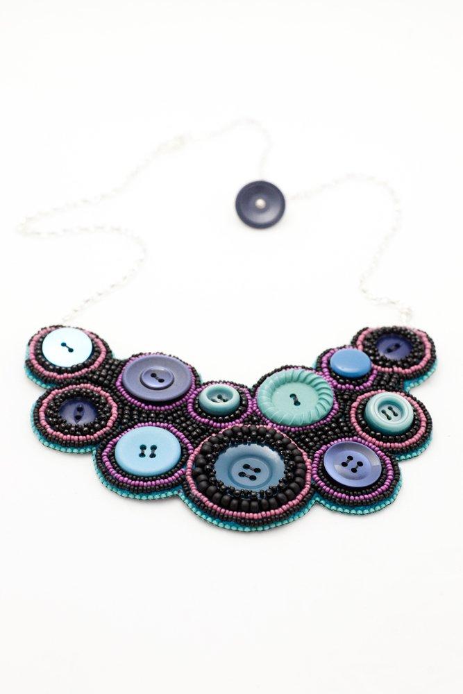 Pärlbroderat halsband i svart, marinblått och turkos
