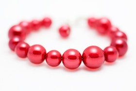 Rött pärlarmband