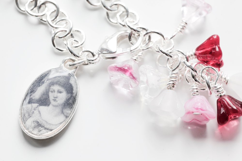Armband med blommor och fotoberlock