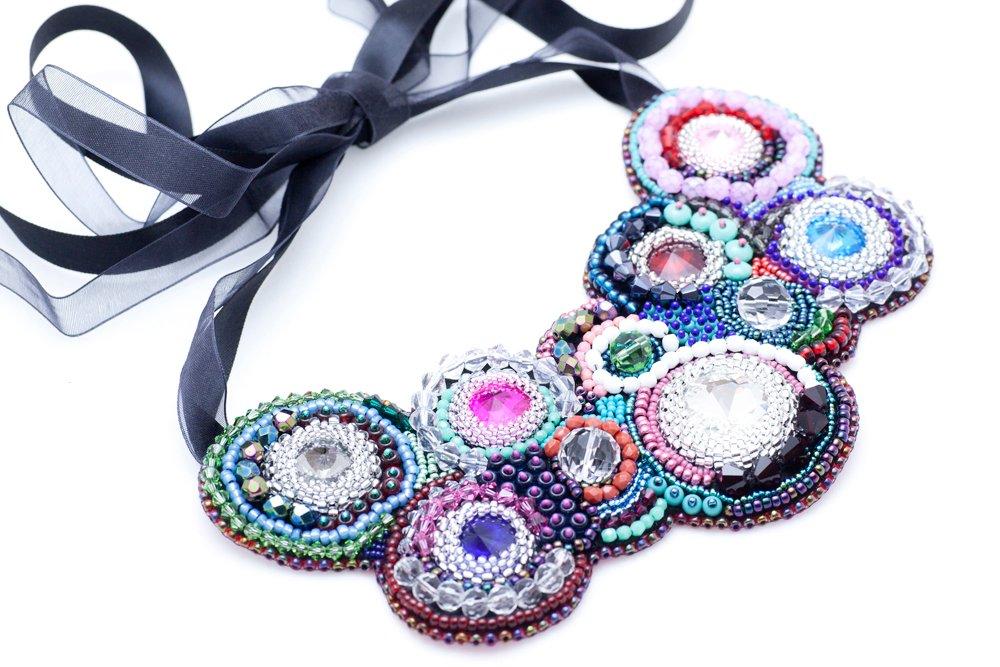 Pärlbroderat halsband med kristaller