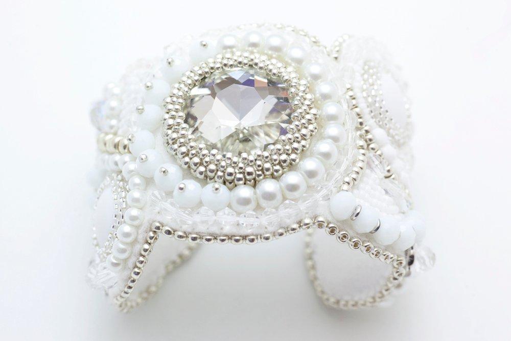 Pärlbroderat armband i vitt