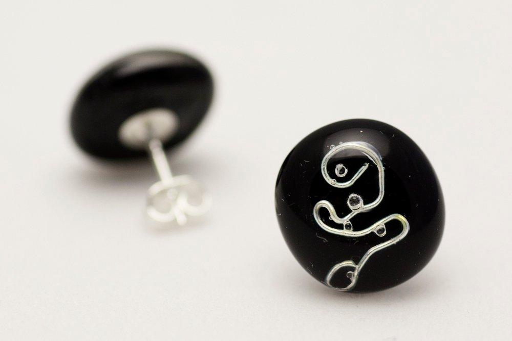 Svarta örstickare i svart och silver