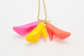 Högklackat i rosa, gult och cerise, halsband