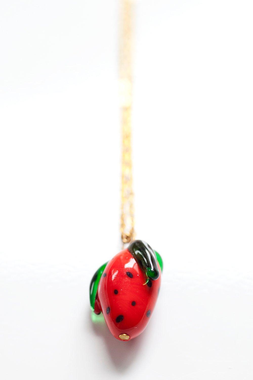 Halsband med jordgubbe i handgjort glas på kedja