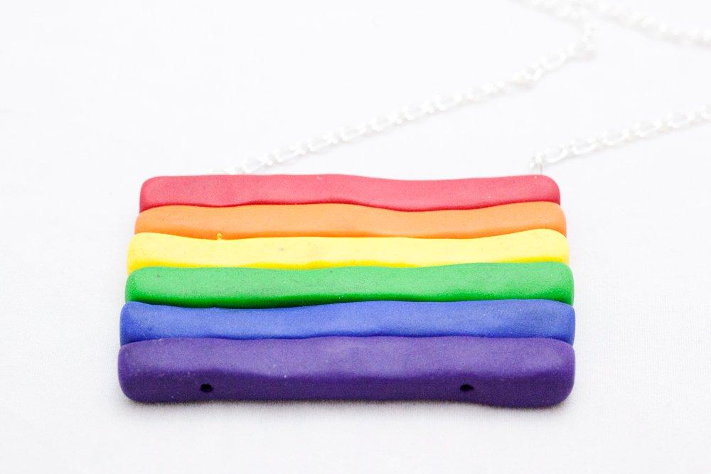 Regnbågsflagga på kedja