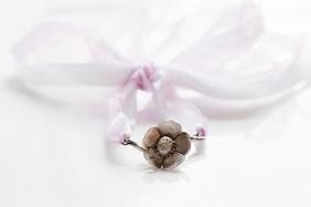 Silverkvist med blomma på armband av organza och satin