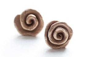 Rosor i brons på örstickare