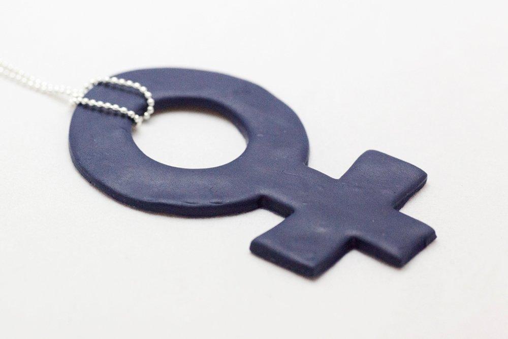 Marinblått kvinnotecken på kedja