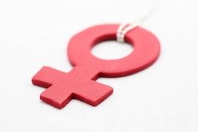 Rött kvinnotecken på kedja