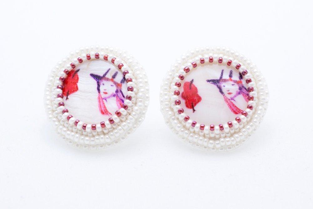 Pärlbroderade örstickare med snäckskalspärlor