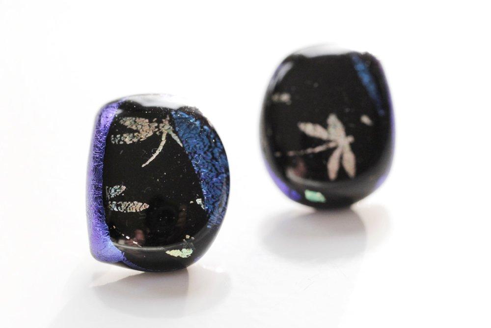 Örstickare av handgjort glas med trollsländor