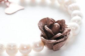 Kopparblomma på pärlarmband