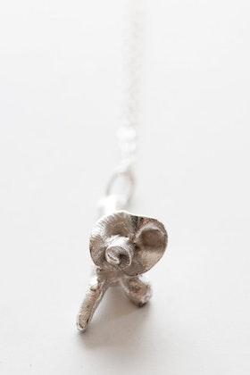 Silverkvist med blomma på kedja