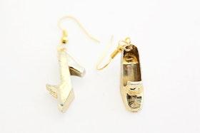Högklackat i guld, örhängen