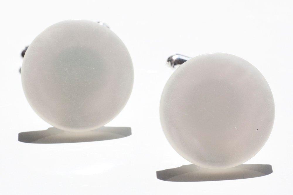Vita knappar, manschettknappar