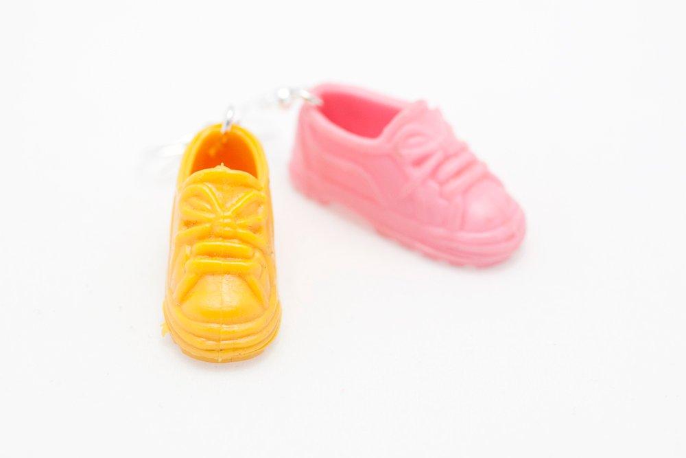 Sneakers i rosa och gult, örhängen
