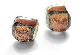 Örstickare av handgjort glas i guld